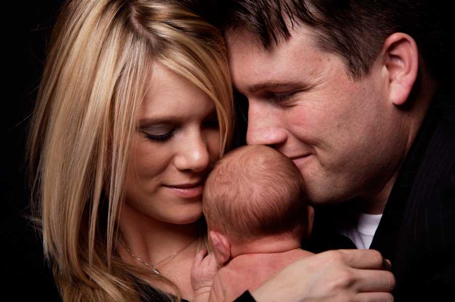 мужчина и женщина держат ребенка