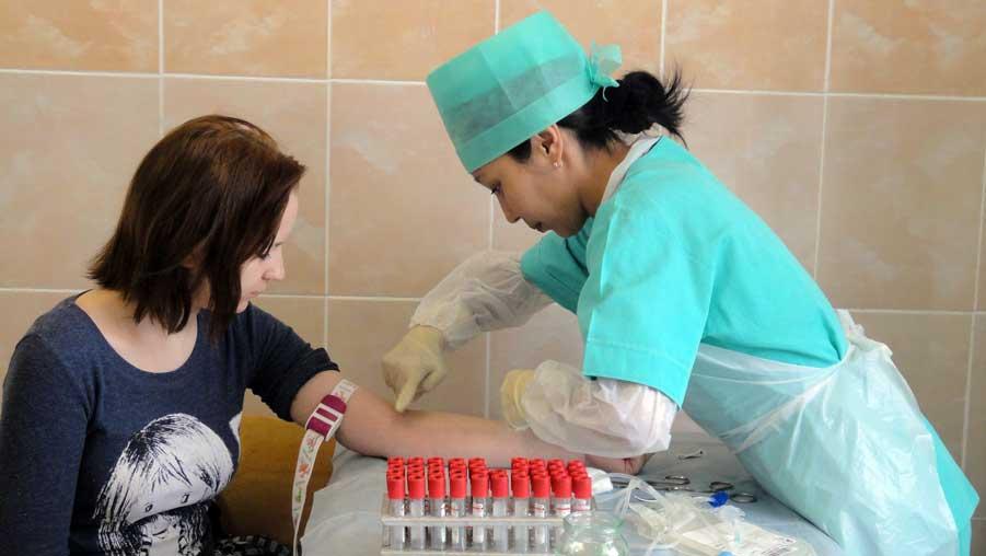 девушка сдает кровь из вены на анализ