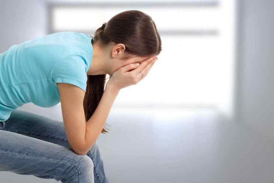 Женщина при воспалении влагалища