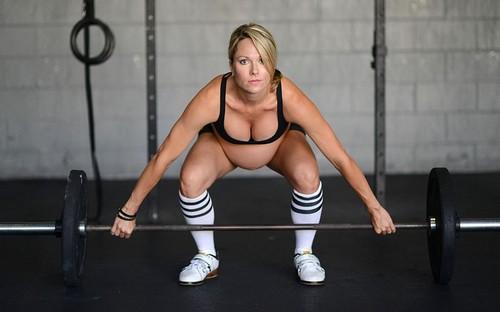 женщина берет вес